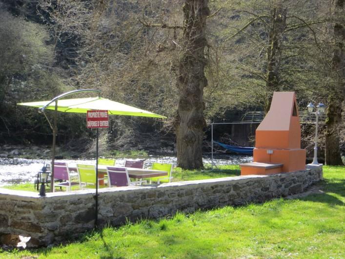 Location de vacances - Gîte à Mayran - Coin barbecue 2 en bord de rivière