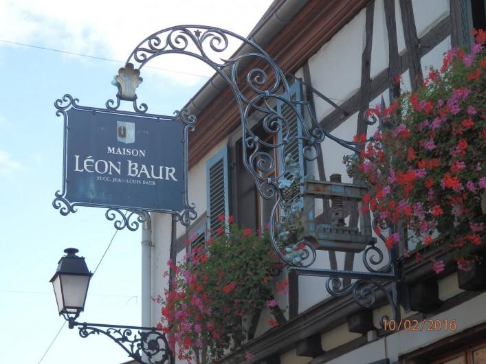 Location de vacances - Mas à Eguisheim - enseigne de viticulteur dans le village