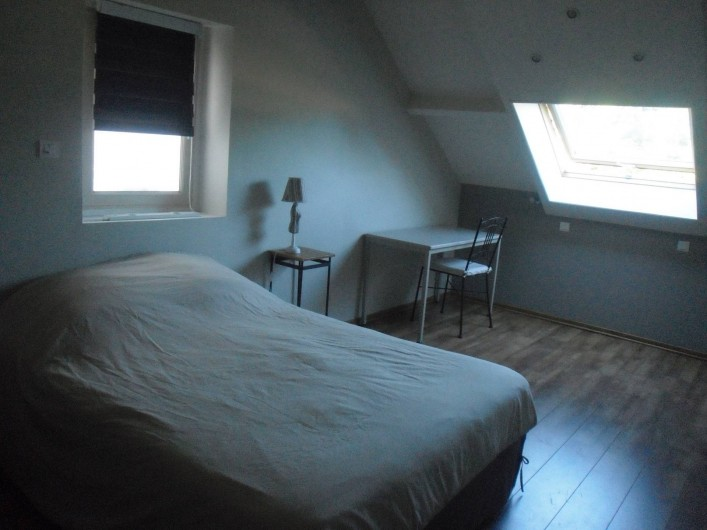 Location de vacances - Gîte à Litteau - lit 140 190, table chaise.