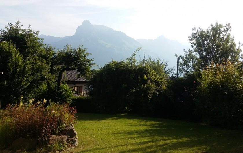 Location de vacances - Chalet à Combloux - Jardin côté aiguille de Varan