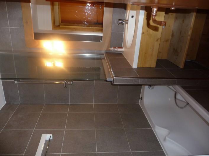 Location de vacances - Appartement à La Plagne - Salle de bain 1 avec baignoire et sèche serviettes
