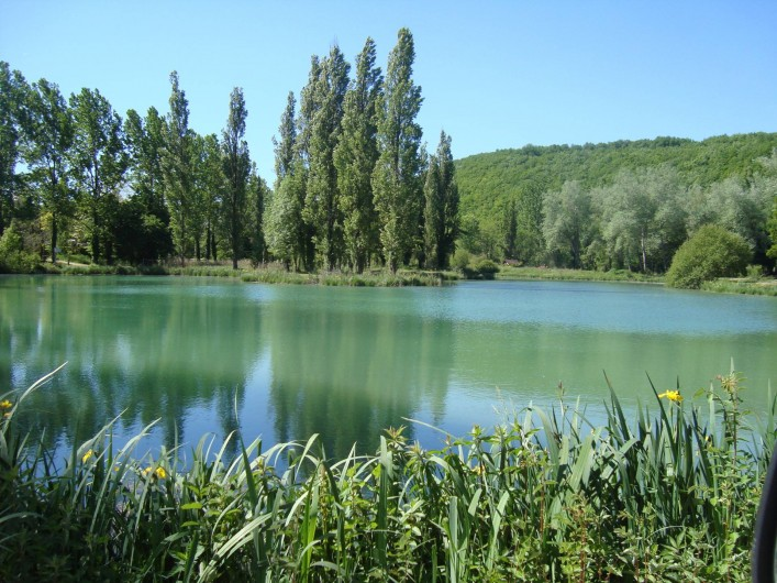 Location de vacances - Bungalow - Mobilhome à La Cassagne - étang de pêche de 1.8 ha, on peut se promener et en faire le tour...