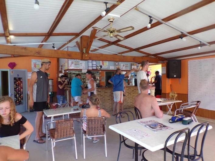 Location de vacances - Bungalow - Mobilhome à La Cassagne - bar-accueil, vue de l'intérieur