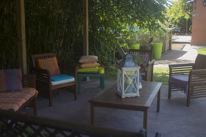Location de vacances - Gîte à Ossages - Salon de jardin sous abri