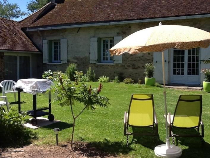 Location de vacances - Maison - Villa à Saint-Germain-sous-Doue - Vue cour intérieur privée Barbecue Transats ... Au calme