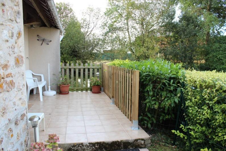 Location de vacances - Maison - Villa à Saint-Germain-sous-Doue - La cuisine donne sur cette petite terrasse avec vue sur le plan d'eau ...