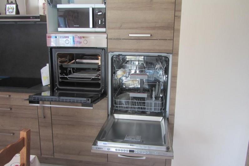 Location de vacances - Appartement à Faverges - cusine lave-vaisselle à hauteur de personne