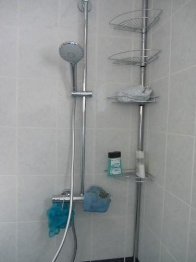 Location de vacances - Appartement à Faverges - intérieur de la douche