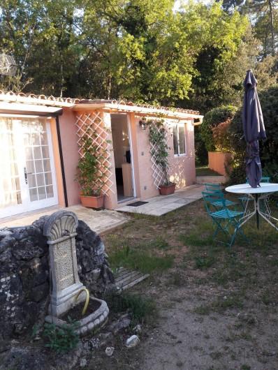Location de vacances - Maison - Villa à Montauroux - gite avec table ronde parasol