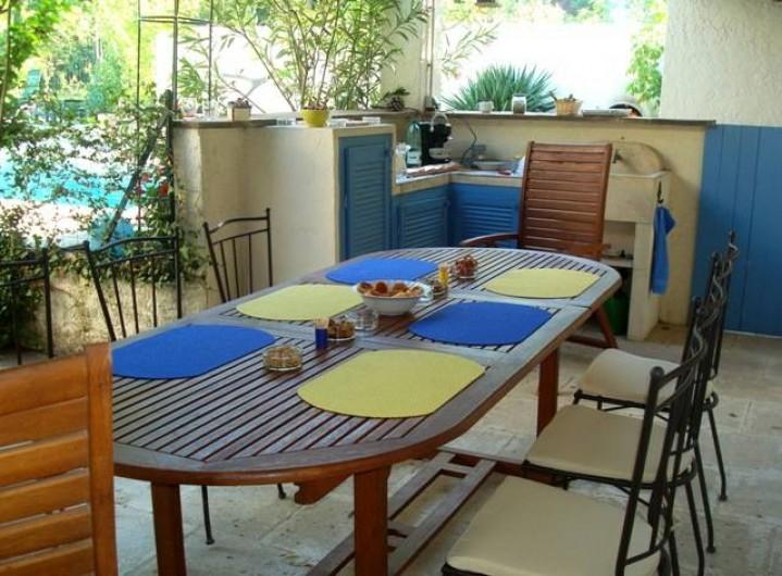 Location de vacances - Villa à Maubec - coin repas et cuisine d'été