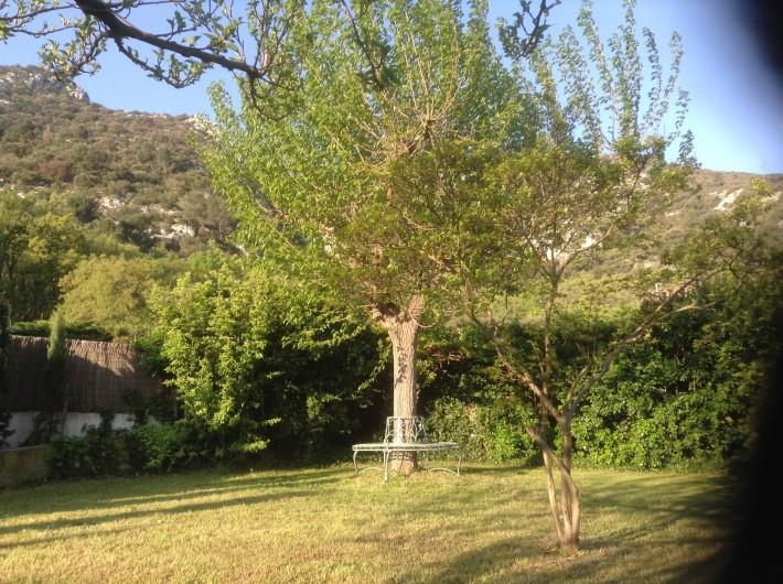 Location de vacances - Villa à Maubec - le jardin avec son banc