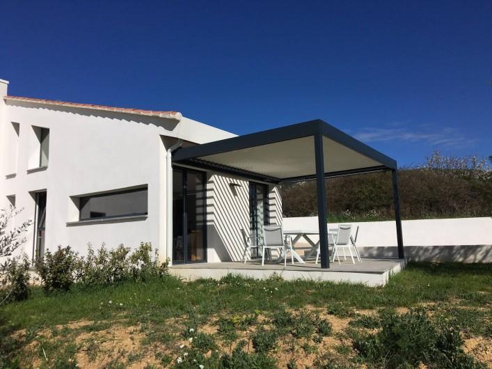 Location de vacances - Gîte à Saint-Zacharie - Terrasse Est.  Pergola bio climatique.