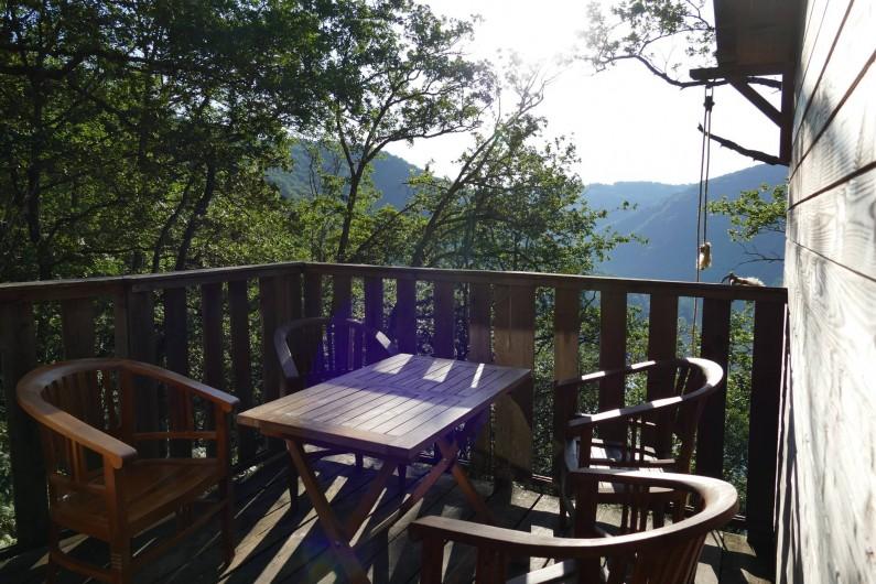 """Location de vacances - Chambre d'hôtes à Saint-Martial-Entraygues - Terrasse de la cabane """"Des Chesnaies"""""""