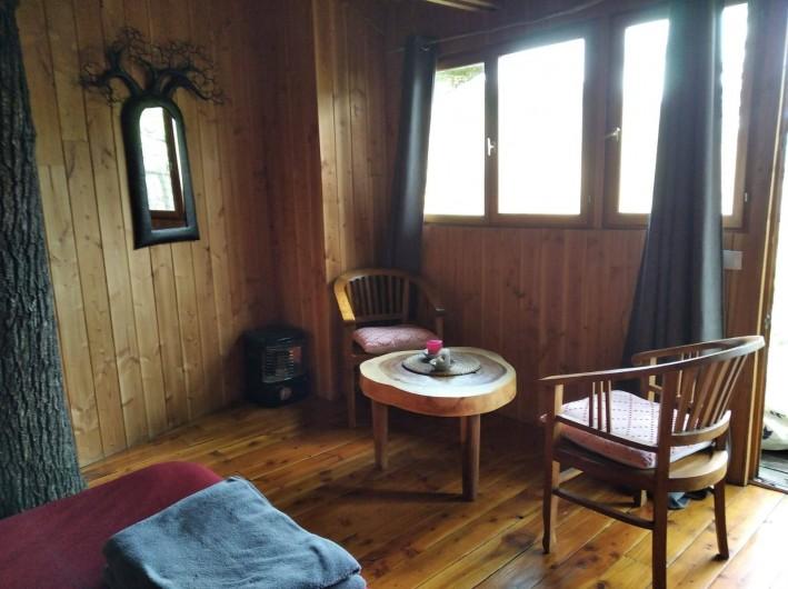 """Location de vacances - Chambre d'hôtes à Saint-Martial-Entraygues - Intérieur de la cabane """"Epicea Souhait"""""""
