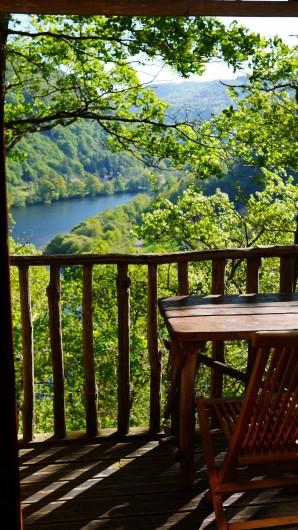 """Location de vacances - Chambre d'hôtes à Saint-Martial-Entraygues - Terrasse de  la cabane """"Houx Blond"""""""