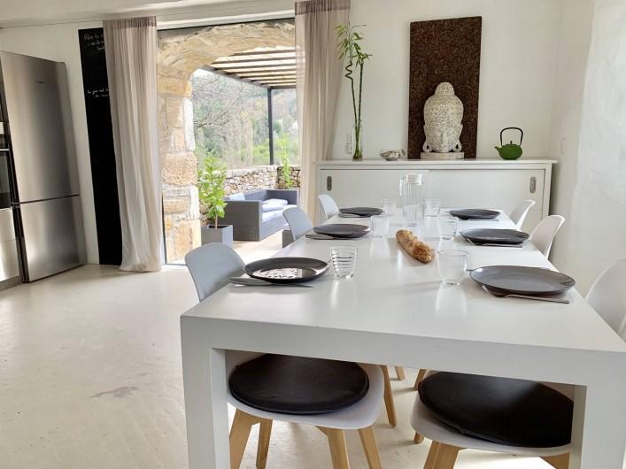 Location de vacances - Mas à Mercuer - Le coin repas intérieur