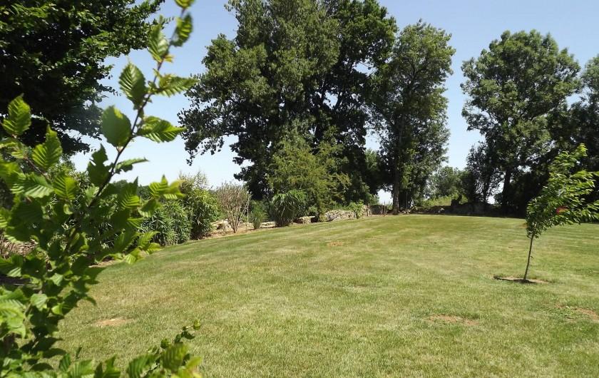 Location de vacances - Gîte à Xaintray - Grand jardin, entièrement clos.