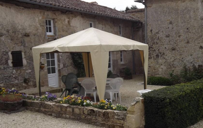 Location de vacances - Gîte à Xaintray - Espace terrasse ensoleillée