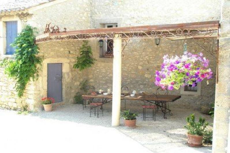 Location de vacances - Mas à Châteauneuf-du-Rhône - Coin repas sous la Treille du Jas du Bas