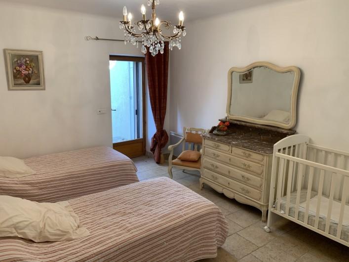 Location de vacances - Mas à Villelaure - Chambre 4 enfants avec lit bébé