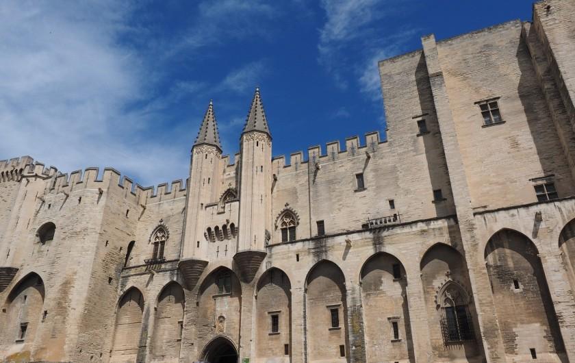 Location de vacances - Mas à Villelaure - Le palais des Papes à Avignon (1 heure de route de la ferme)