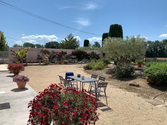 Location de vacances - Mas à Villelaure - cour de la ferme voisine (propriétaires)