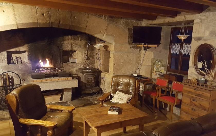 Location de vacances - Gîte à La Panouse - Lecture devant la cheminée