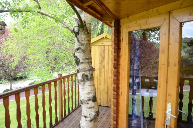 Location de vacances - Maison - Villa à Tessy-Bocage - L'entrée de la cabane et  les toilettes sèches  au fond de la terrasse.
