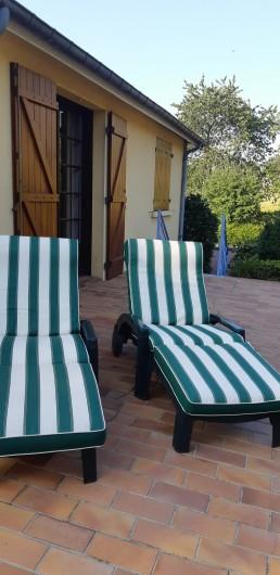 Location de vacances - Maison - Villa à Tessy-Bocage - Partie de chaises longues sur la terrasse.