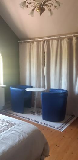 Location de vacances - Maison - Villa à Tessy-Bocage - Le petit salon situé dans la chambre 1.