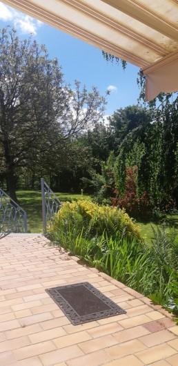 Location de vacances - Maison - Villa à Tessy-Bocage - Accès au parc depuis la terrasse.