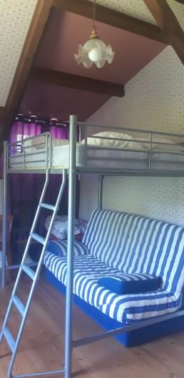Location de vacances - Maison - Villa à Tessy-Bocage - La chambre 2 avec con canapé convertible en couchage et son lit suspendu.