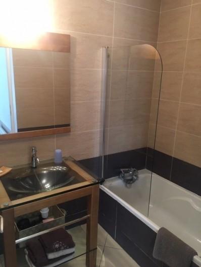 Location de vacances - Chambre d'hôtes à Saissac - la salle de bains de la chambres Lys