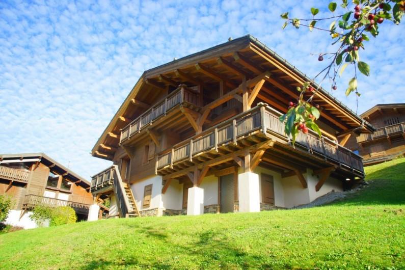 Location de vacances - Chalet à Megève - Aussi beau en hiver quand été. BBQ et salon de jardin
