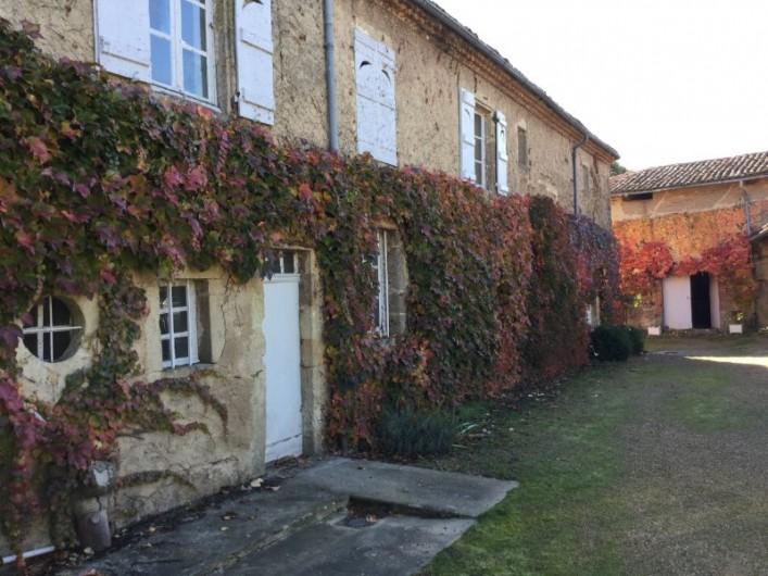 Location de vacances - Appartement à Trézioux - Devant le logement, dans la cour intèrieure