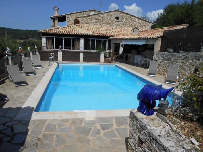 Location de vacances - Villa à Apt - Vue d'ensemble de la piscine avec les transats