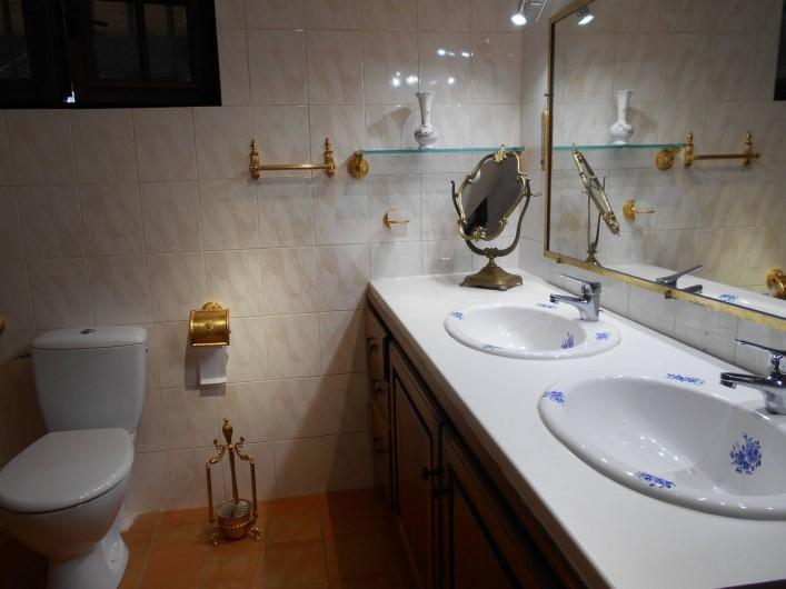 Location de vacances - Villa à Apt - Salle de bains double vasque et toilettes