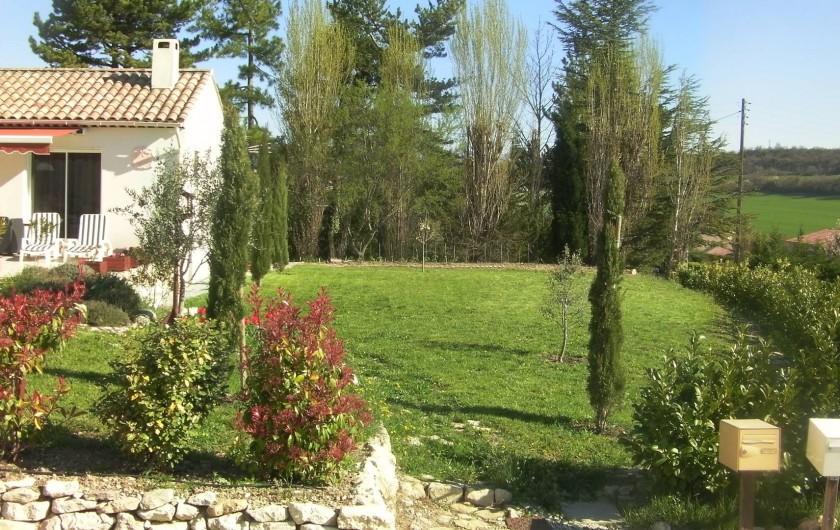 Location de vacances - Villa à Saint-Michel-l'Observatoire - Terrain côté Est