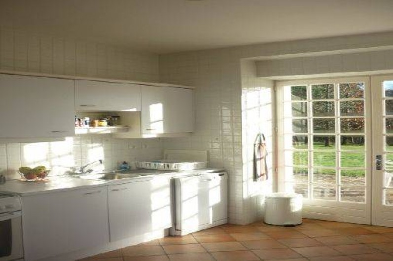 Location de vacances - Maison - Villa à Saint-Martin-de-Seignanx - La cuisine donnant sur la terrasse
