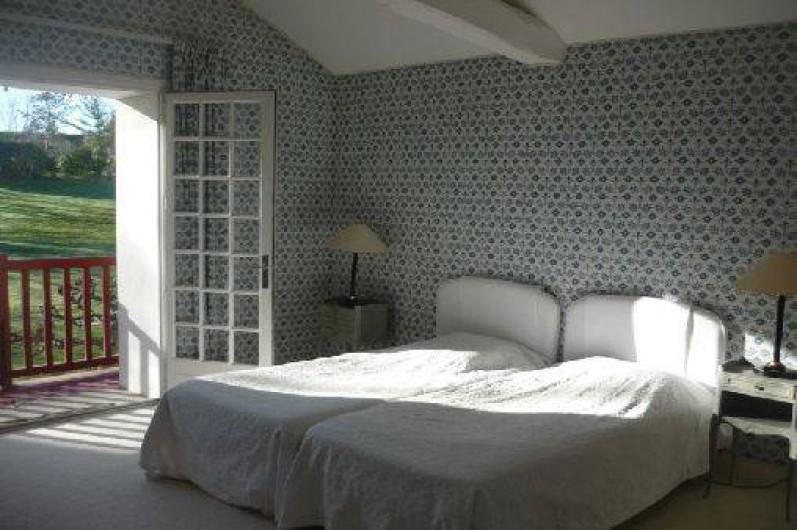 Location de vacances - Maison - Villa à Saint-Martin-de-Seignanx - Chambre avec balcon donnant sur le jardin, 1er étage