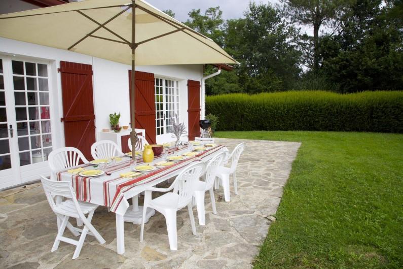 Location de vacances - Maison - Villa à Saint-Martin-de-Seignanx - Repas sur la terrasse de plain pied