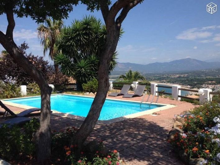 Location de vacances - Villa à Porticcio - Piscine : 8m*4m (de 1,2 à 2,2m de profondeur avec escalier d'accès et banc)