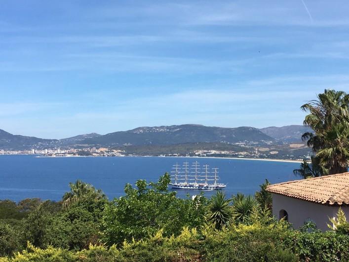Location de vacances - Villa à Porticcio - Vue sur un  mats dans le golfe (navette directe toutes les 20 min vers Ajaccio)
