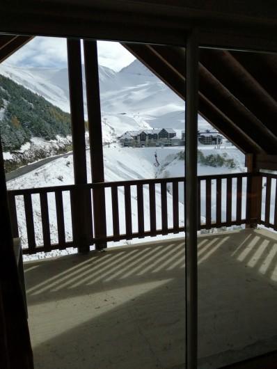 Location de vacances - Appartement à Loudenvielle - La station, vue de la terrasse, l'hiver.