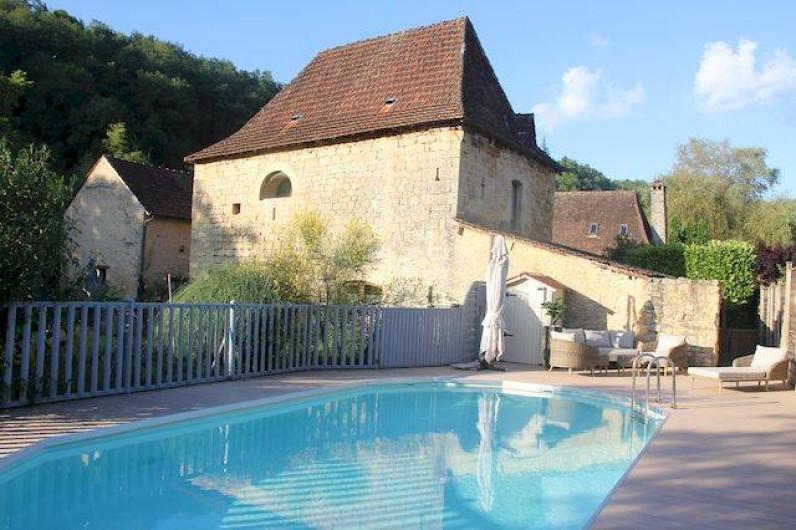 Location de vacances - Chambre d'hôtes à Valojoulx - La templerie du 12ème siècle , qui surplombe la piscine chauffée