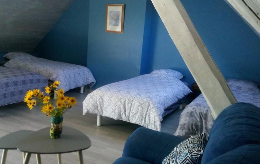Location de vacances - Gîte à Saint-Romain-sur-Cher - grande chambre bleue avec 4 lits d'une personne un petit coin de détente