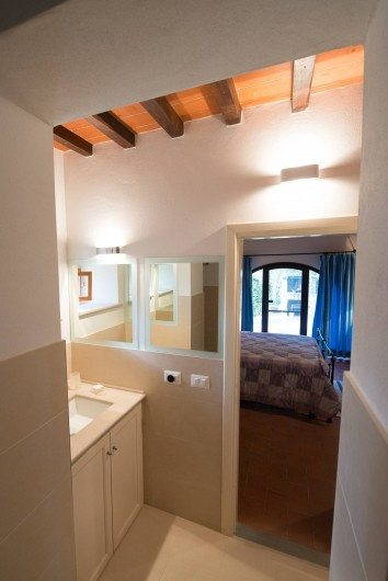Location de vacances - Chalet à San Casciano in Val di Pesa - Bathroom and bedroom on the ground floor