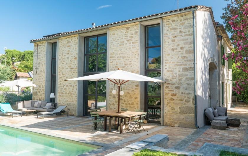 Location de vacances - Mas à Montpellier - Façade principale, ouvertures vitrée donnant sur la piscine