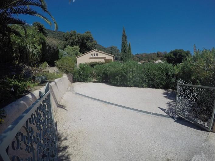 Location de vacances - Villa à Cavalaire-sur-Mer - Entrée : grand parking pour 3-4 voitures