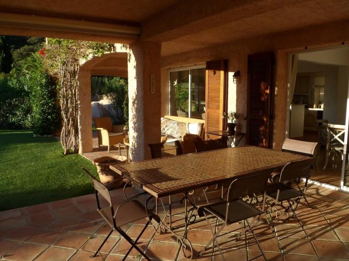 Location de vacances - Villa à Cavalaire-sur-Mer - Rez : table à manger et salon extérieurs et couverts